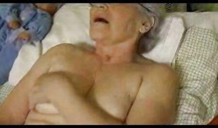 Een man geeft shemale zuigende lullen in youtube seksfilms latex